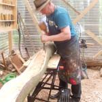 Franz Robert Czieslik / bei der Arbeit an einer Baumtur 2013