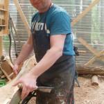 schaut Franz Robert Czieslik beim arbeiten an einer neuen Baumtur aufgenommen 2013 in seinem Atelier